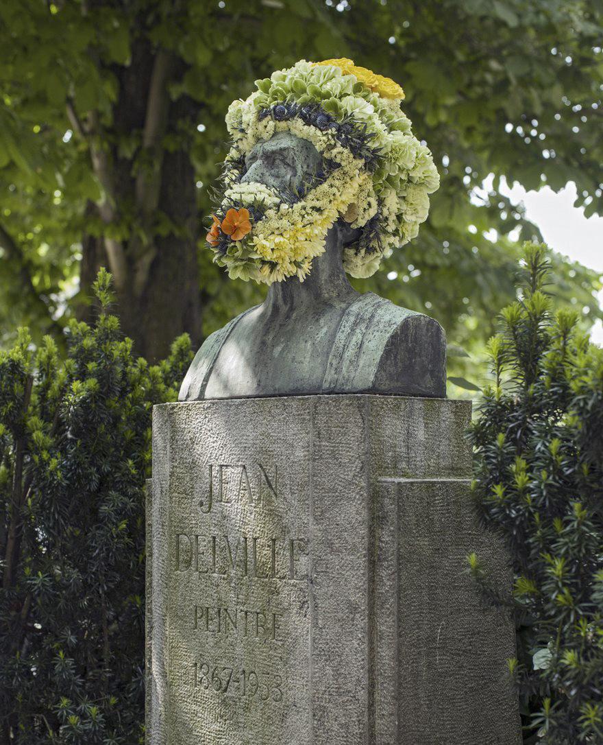 Un fleuriste décore les statues de Bruxelles avec des couronnes de fleures