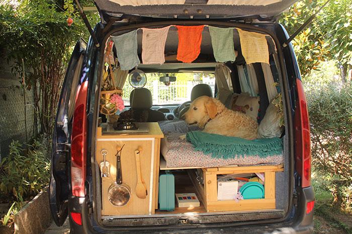 Cette femme voyage au autour du monde avec son chien dans une Kangoo