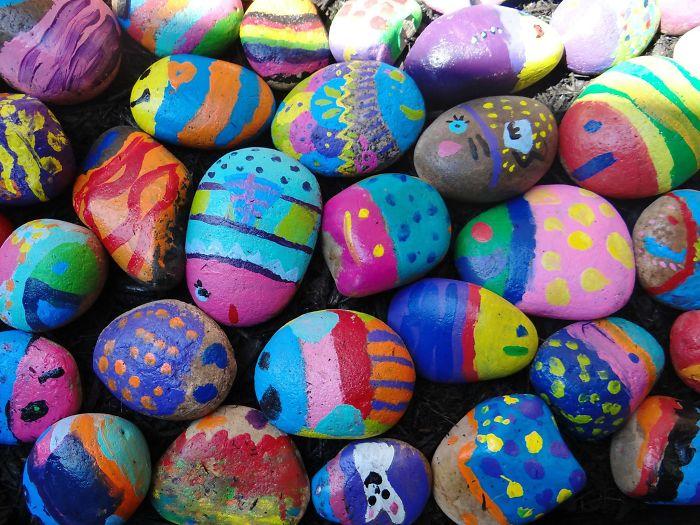 Peinture Sur Pierre chaque élève de cette école élémentaire a dû peindre une pierre dans