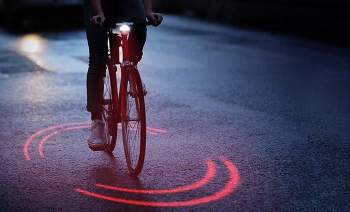 Le nouveau système d'éclairage pour vélo de Michelin utilise des lasers et intensifie les projections à mesure que les voitures se rapprochent
