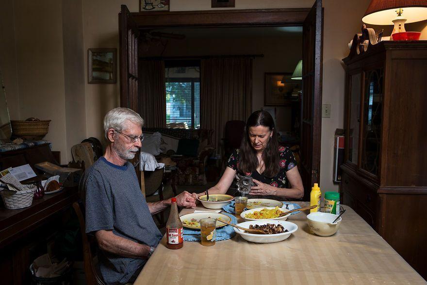 Un photographe montre à quel point le moment du dîner est différent aux États-Unis