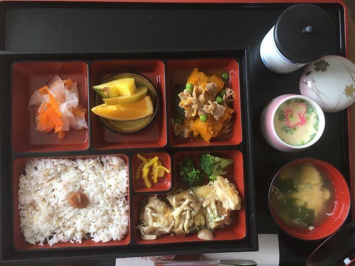 Voici à quoi  ressemble les repas hospitaliers au Japon après que cette femme a récemment accouché là-bas