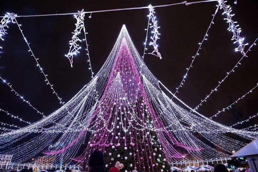 Spectaculaire arbre de Noël à Vilnius : 70.000 ampoules électriques et 2700 jouets
