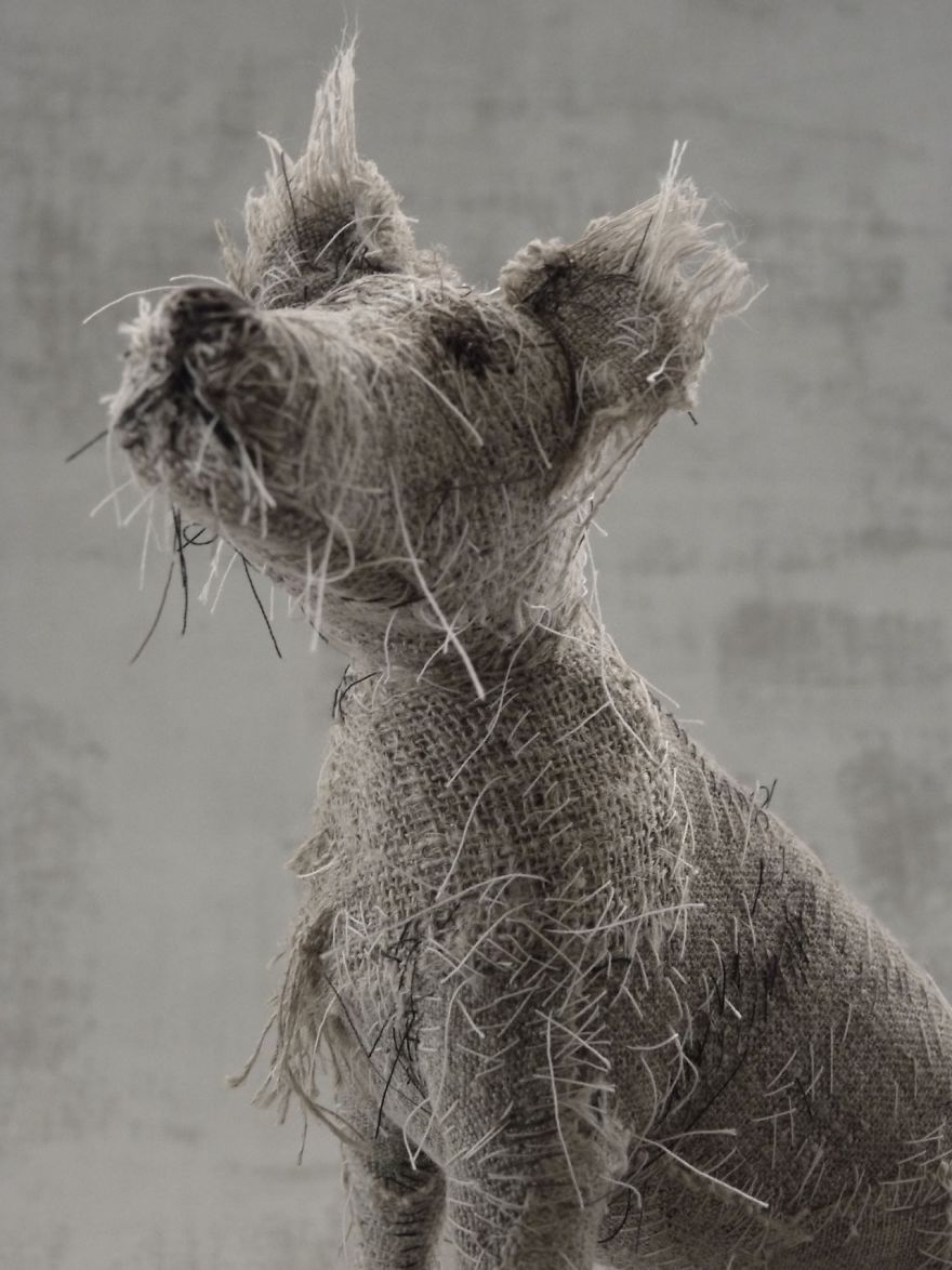 Une 'artiste utilise des vieux textiles pour créer des sculptures de chiens, le résultat est étonnamment beau.