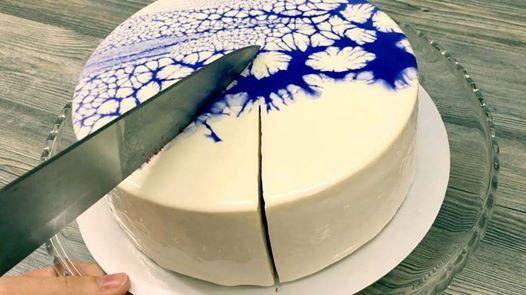Des gâteaux hypnotisants recouverts de glaçage miroir brillant