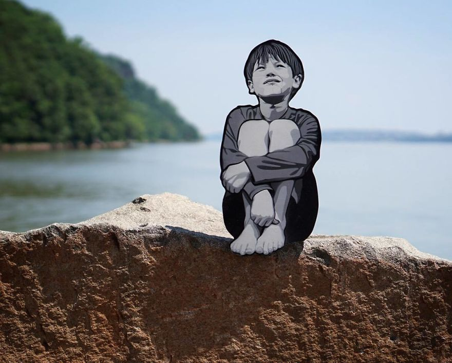 Un artiste laisse de petites figures en bois autour de la ville