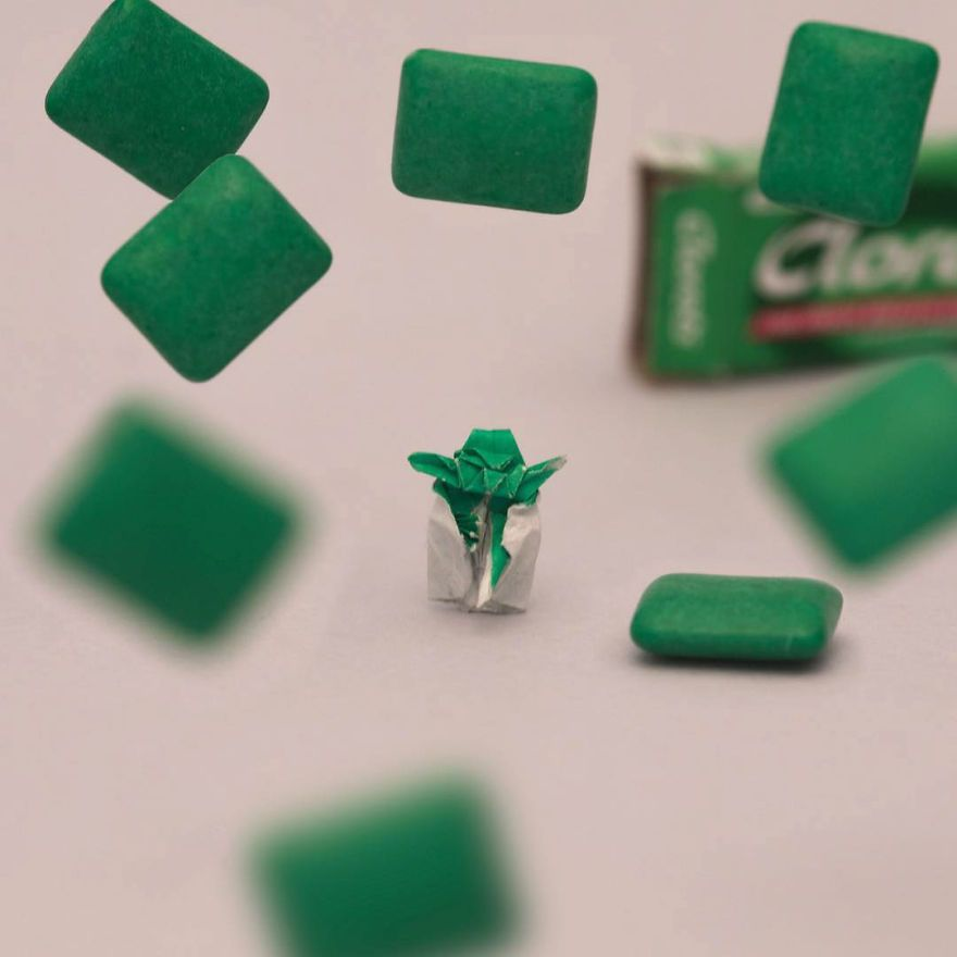 Il se  lance le défi de plier un mini origami tous les jours pendant un an