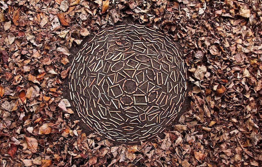 Un artiste passe d'innombrables heures à arranger des rochers, des feuilles et des bâtons dans des mandalas, le résultat est étonnant.