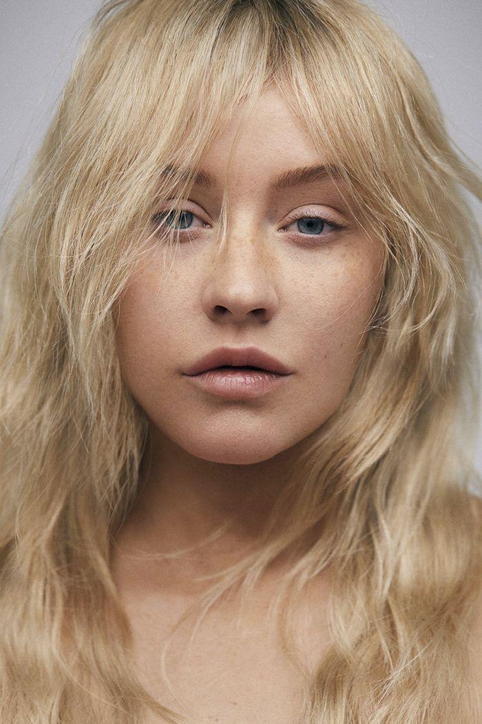 Après 20 ans sur scène avec du maquillage, Christina Aguilera fait un shoot sans, et nous ne pouvons pas la reconnaître.