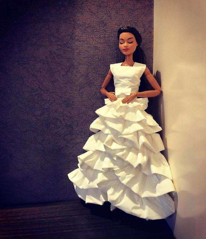 Un homme utilise du papier hygiénique et des mouchoirs pour créer des robes de mariée pour ses Barbies,  le résultat est étonnant.