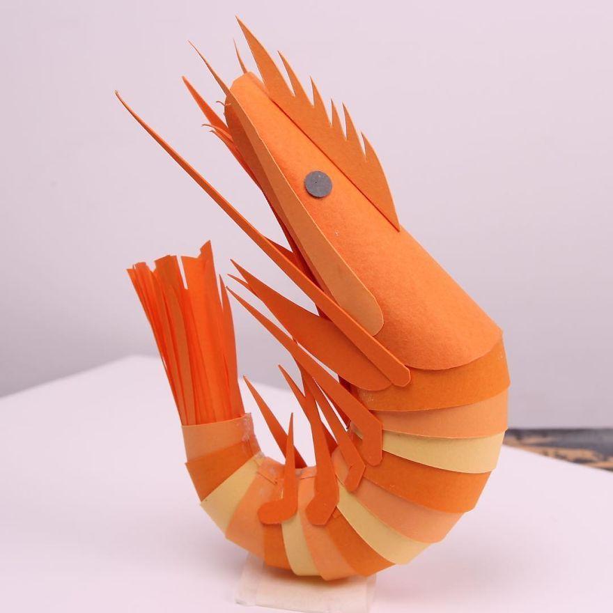 Des sculptures en papier de la faune et de la flore en découpant à la main du papier en minuscules morceaux.