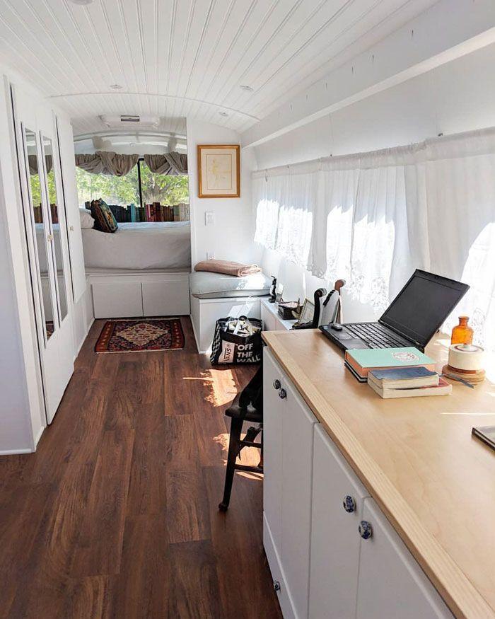 Une femme passe 3 ans à transformer un vieil autobus en maison mobile, ça a l'air mieux que la plupart des appartements.