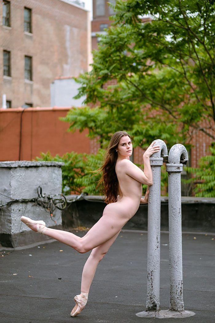 11 danseurs sans peur se déshabillent sur les toits de New York, le résultat fera battre votre cœur plus vite.