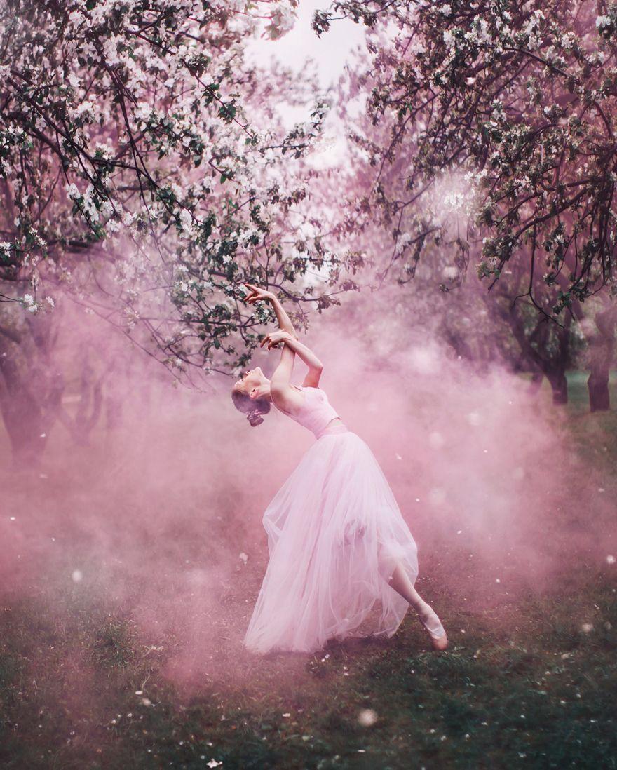 Elle voyage dans le monde pour photographier des femmes en robes dans les plus beaux endroits