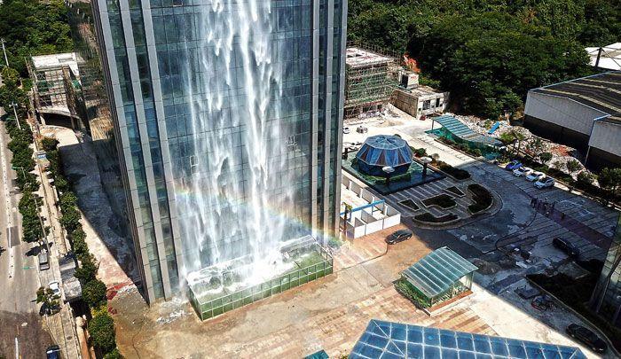 En chine une incroyable cascade de plus de 100m sur un gratte-ciel.
