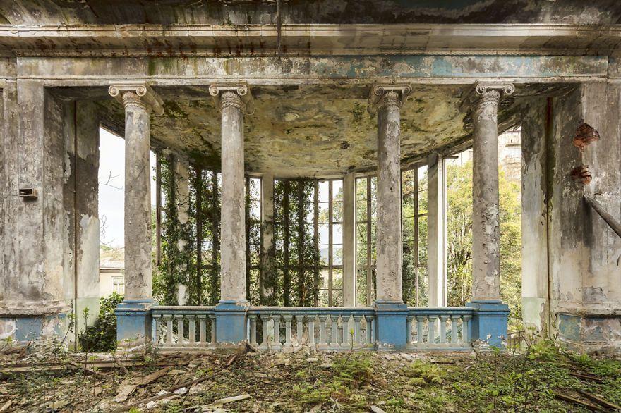 Après avoir photographié près de 500 lieux abandonnés, il traverse l'époustouflante Abkhazie.