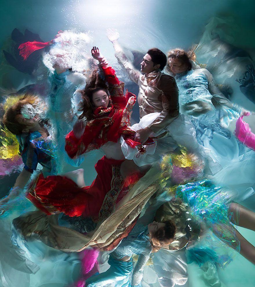 Ces plus de 15 superbes photos sous-marines de Christy Lee Rogers ressemblent à des peintures baroques dramatiques.