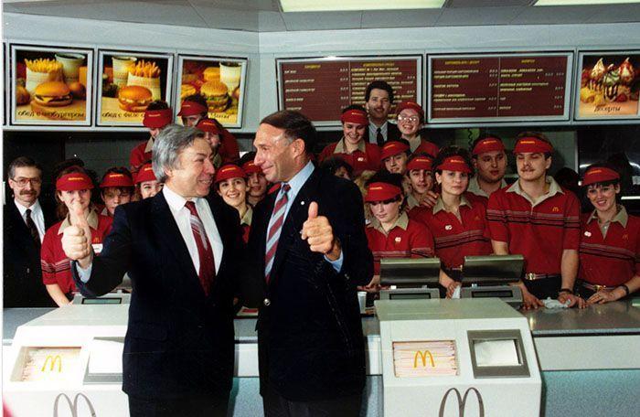 Le premier McDonald's de Moscou a ouvert ses portes en 1990, et ces 27 photos montrent à quel point c'était insensé