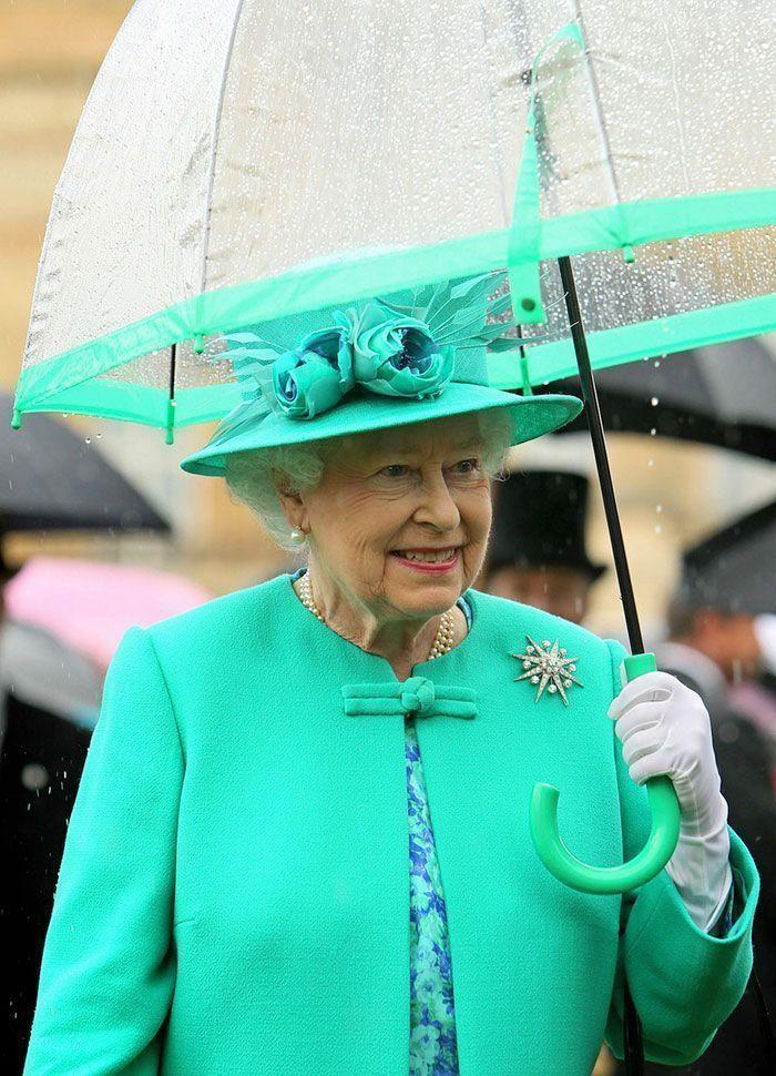Quelqu'un a remarqué la chose la plus cool à propos de la façon dont la Reine assorti ses tenues.