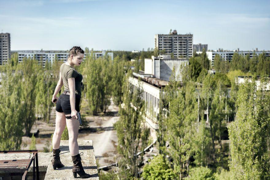 Ce couple voyage à travers l'Europe pour photographier des portraits dans des lieux abandonnés