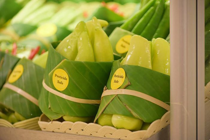 Asian Supermarkets Go Back To Using Leaves Instead Of Plastic